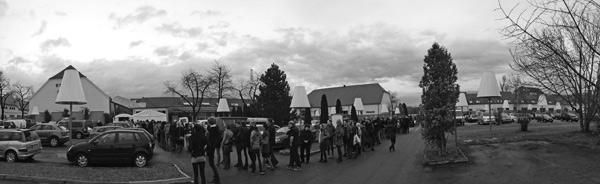 Schlange der Wartenden beim Holy Shit Shopping Stuttgart