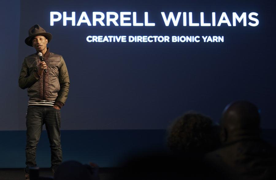 Pharrell in blau