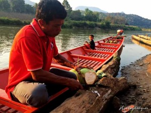 Zen Namkhan Laos - Der beste Sundowner der Welt: frische Kokosnussmilch