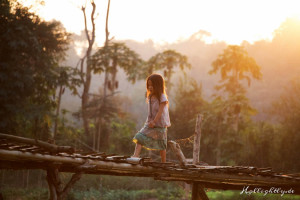 Zen Namkhan Laos - Mädchen auf Brücke